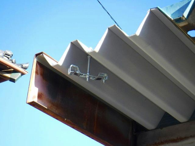 車庫の雨どいの吊り金具を取り付けた状態