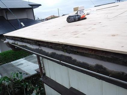 トタン屋根に野地板
