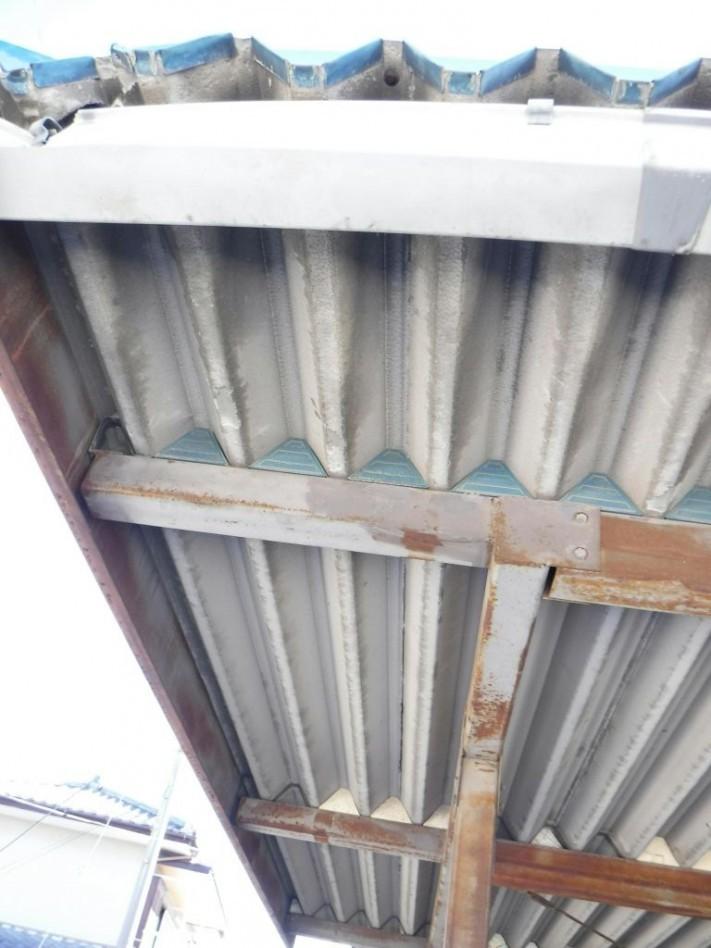 車庫の屋根を内側から縦に見た状態