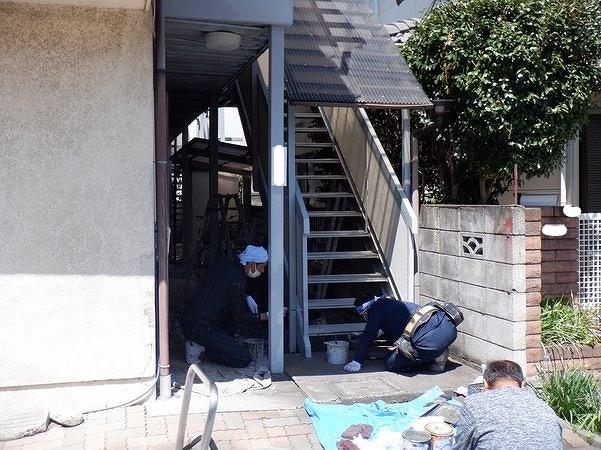 アパートの階段の踏み板や手すりを塗装中