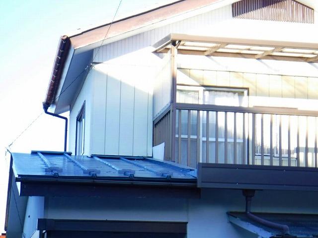 玄関上の板金屋根の塗装の剝がれ