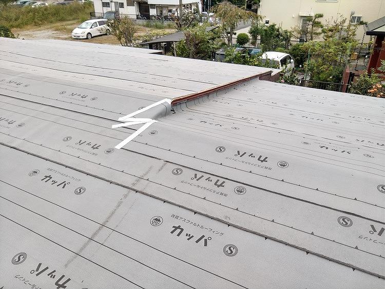 屋根の中央の段差防水シ-ト