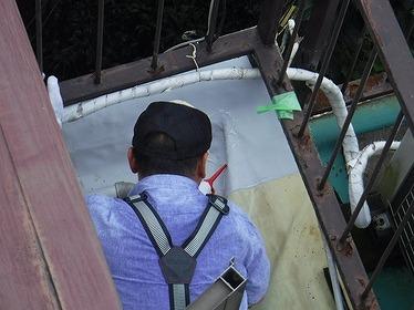 防水シートのすき間にシール材塗布