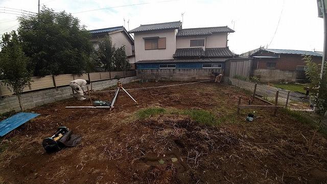 土間コンクリート打つ予定ところの対角線をスケールで確認