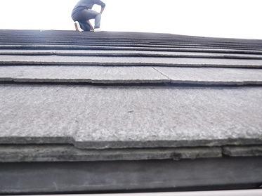 反りがまばらなスレートの屋根