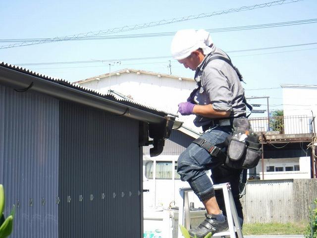 農機具小屋雨樋集水器取り付け