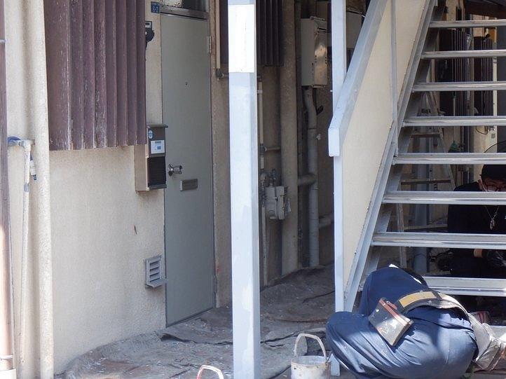 アパートの階段の鉄骨部分にサビ止め塗装中