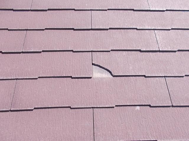 コロニアルの瓦の一部が欠けた屋根