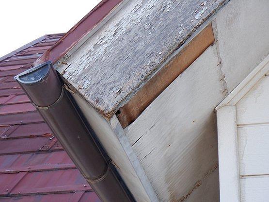 藤岡市で塗装が剥がれて茶色くサビて雨漏りが起きてるトタン屋根