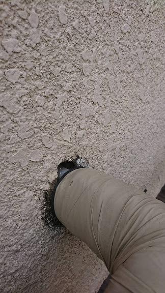 外壁の配管のすき間