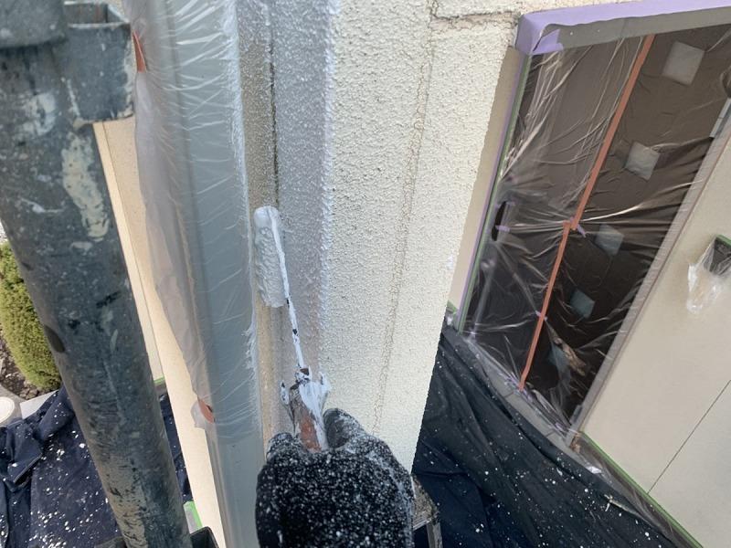 雨樋の裏を小さなローラーで下塗り中