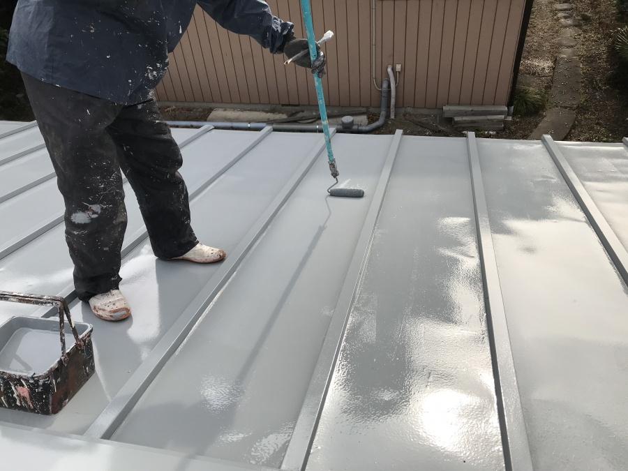 車庫の屋根の塗装上塗り途中