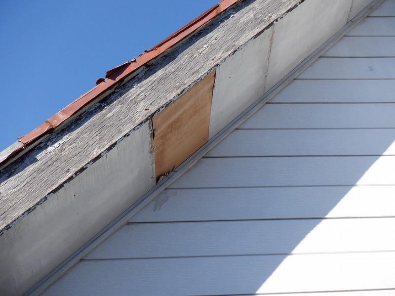 ベニヤの軒天井の表面が剥がれている