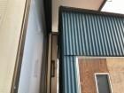 トタン波板の物置の木製ドア