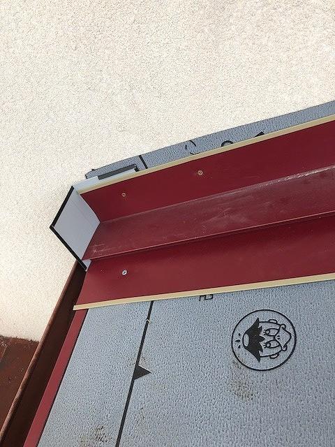 雨押さえのところのゴムアスファルトルーフィングシートにガルバリウムカラー鋼板