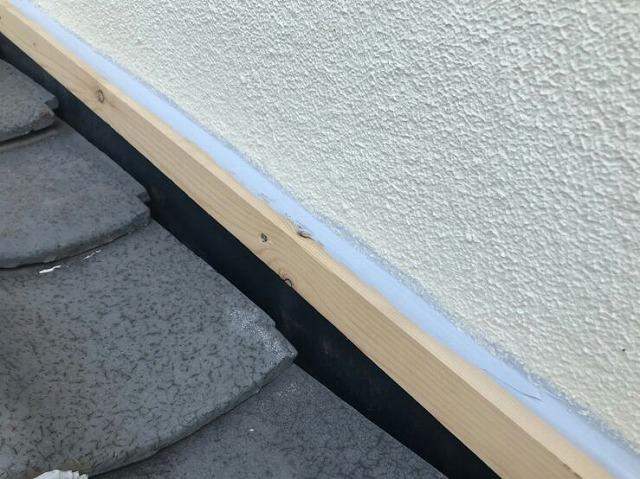 降り壁の木材にコーキング剤塗布後近景