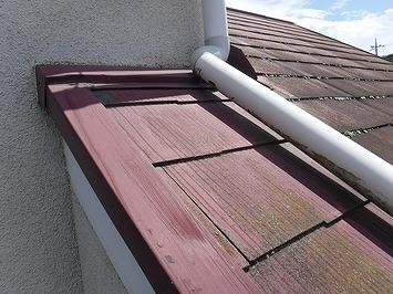 高崎市で塗装の膜が剥がれてきたスレートの屋根を調査しています