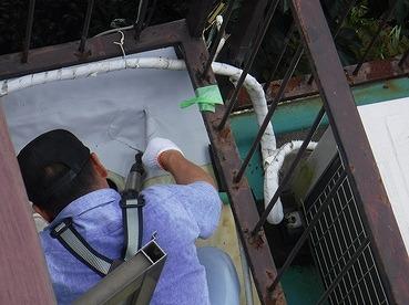 防水シートにヒートガンを当てているところ