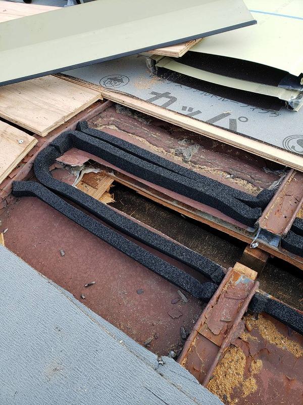 換気棟用の開口部の周りに面戸の防水テープ