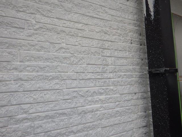 下塗り塗装中の竪樋周り