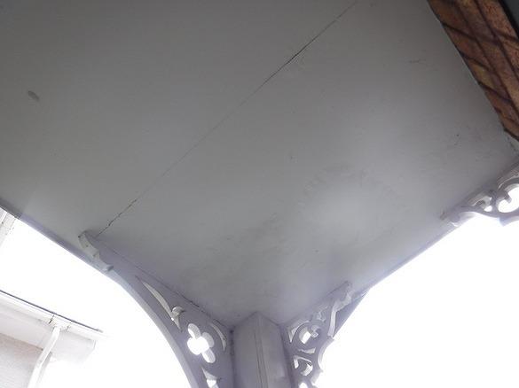 軒天井に水が回ってふやけているところ