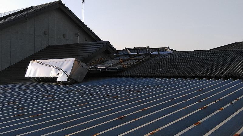 折板屋根から見た架台から転落した太陽熱温水器