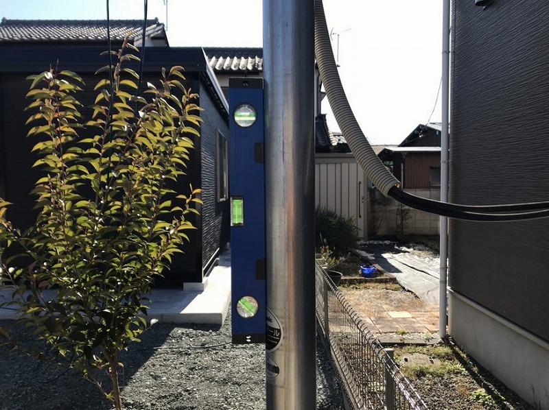 電柱に水平器を付けて設置状態を確認