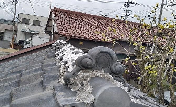 漆喰で固められた棟瓦