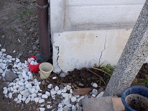 雨樋近くの基礎に2つのひび割れ