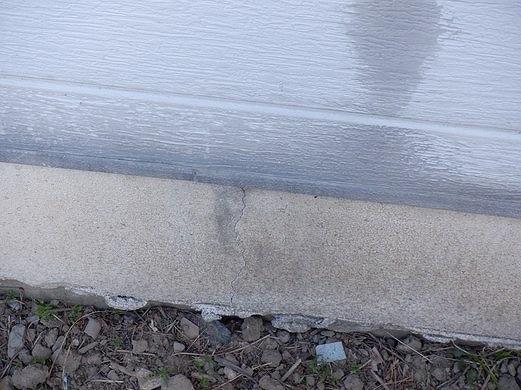 外壁の汚れと基礎のひび割れ