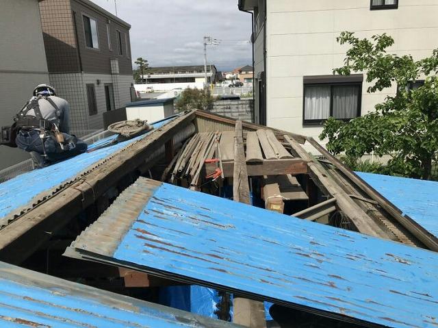農機具小屋屋根取り外し中