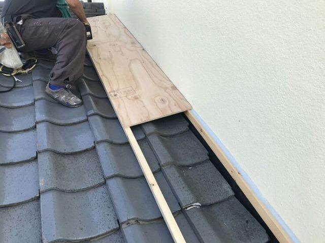 降り壁の雨押え板金のための下地の木部半分施工中