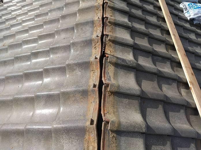 高崎市の瓦屋根の雨漏り修理で棟のところに漆喰材を塗りました。