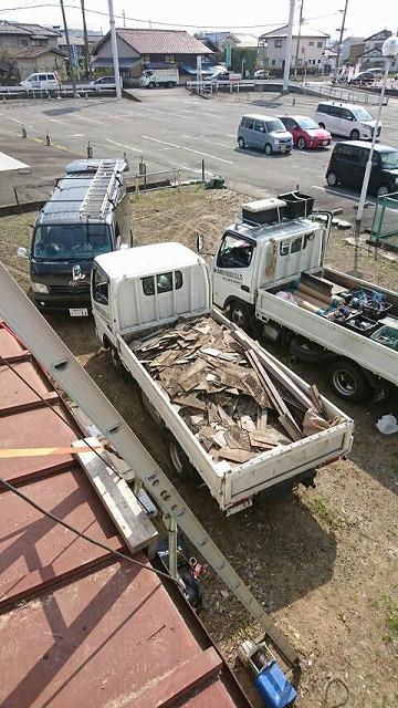 コロニアルの屋根の廃材をトラックで積み出し
