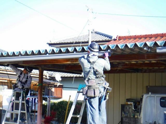 車庫の雨どい吊り金具に引っ掛け