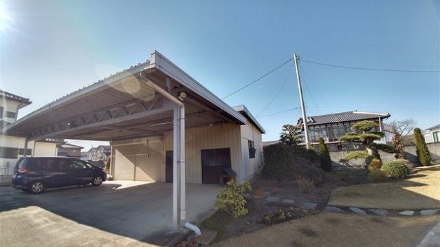 高崎市で太陽光パネルの折板屋根の物置と車庫の塗装の劣化を調査