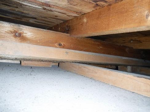 軒天井の奥の木材