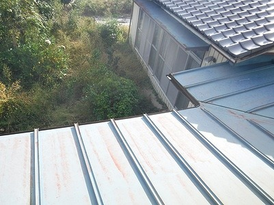 一階の板金の屋根のコーナー離れて見て