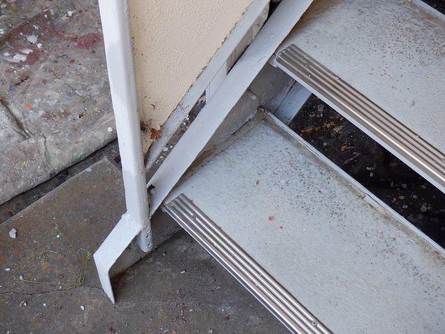 アパートの鉄骨の階段の側板などにサビ止め塗装