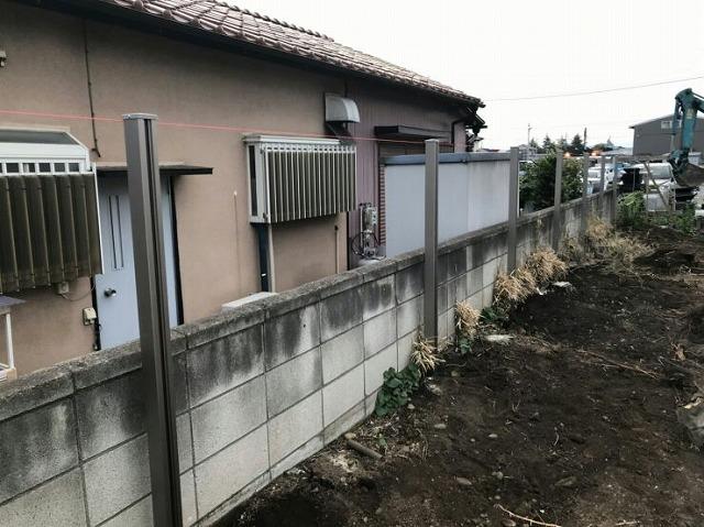 フェンスの支柱と水糸
