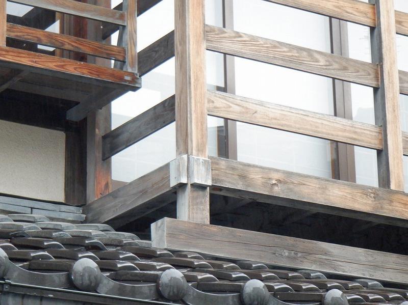 雨を吸い込んでいる木製ベランダ