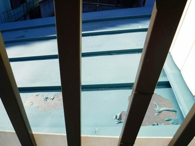 板金屋根の塗膜の剝がれ