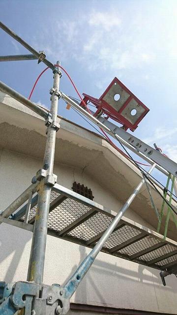 屋根の資材などを運ぶための脚立