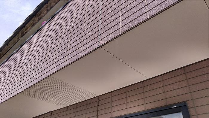 窓の右下の外壁ひび割れ