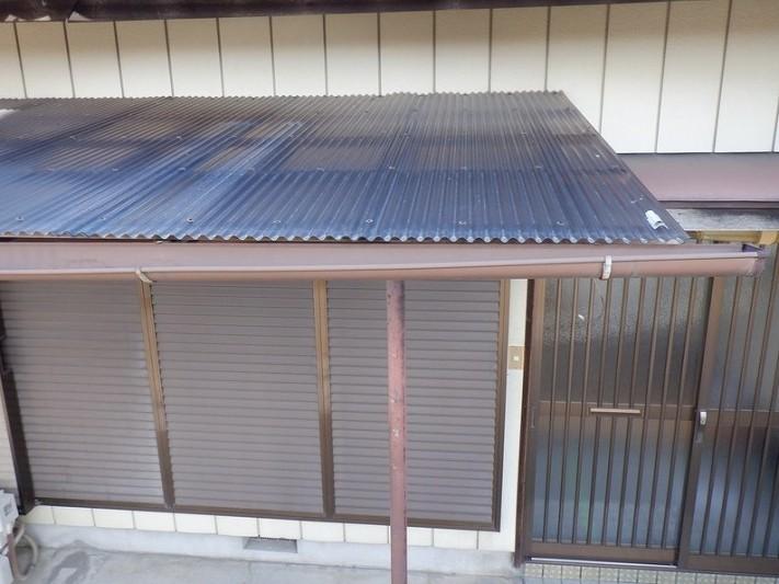 ポリカーボネイト製の波板のテラスのねじれた軒樋