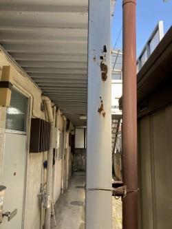 アパートの鉄骨の支柱の塗装の剥がれ