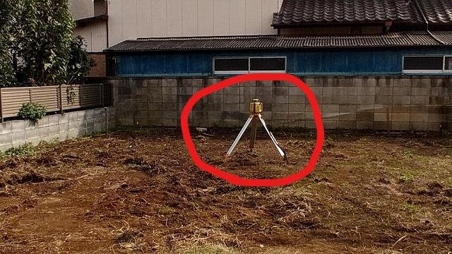 コンクリートの高さを測る機械
