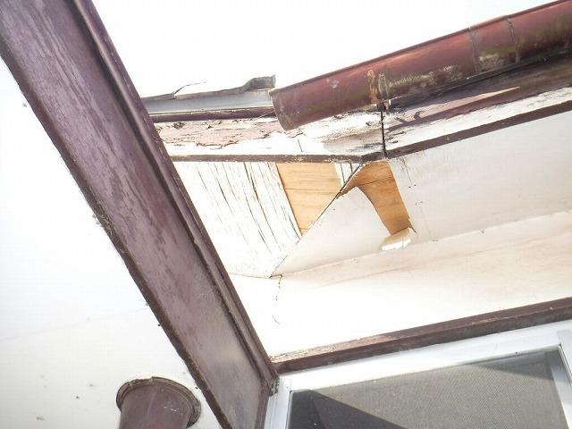 玄関右軒天井の剥がれ