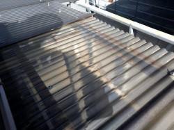 アパートのポリカーボネイト製波板の古い傘釘撤去