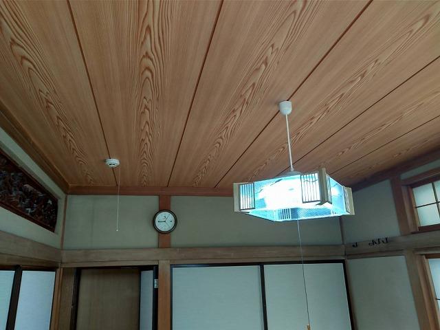 時計のある和室天井張り終わったところ